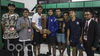 Para pemain Arema FC foto bersama pembuat trofi Piala Presiden 2017 saat berada di ruang ganti Stadion Pakansari, Jawa Barat, Minggu (13/3/2107). (Bola.com/Vitalis Yogi Trisna)
