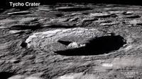 Foto kawah Tycho, yang terletak di dataran tinggi bagian selatan dari Bulan. Ini terbentuk pada 108 juta tahun yang lalu. (NASA)