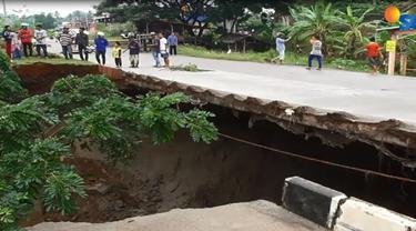 Banjir yang meluas di Kota Cilegon berdampak pada ambruknya jembatan lintas lingkar selatan di Kota Cilegon.