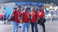 Fans sepak bola dari Padang, Indonesia, berpose di depan Saint Petersburg Stadium, untuk menyaksikan perebutan peringkat ketiga Piala Dunia 2018, Sabtu (14/7/2018). (Bola.com/Okie Prabhowo)