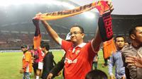 Calon Gubernur DKI Jakarta, Anies Baswedan saat menyapa suporter Persija Jakarta di Stadion Patriot, Bekasi, Sabtu (22/4/2017). (Bola.com/Wiwig Prayugi)