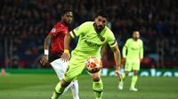 Aksi Luis Suarez pada leg 1, babak perempat final Liga Champions yang berlangsung di Stadion Old Trafford, Manchester. Kamis (11/4). Barcelona menang 1-0 atas Man United. (AFP/Oli Scarff)