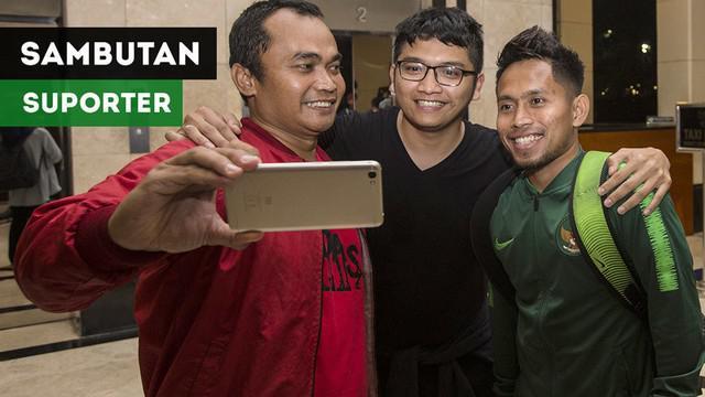 Berita video momen sambutan suporter di hotel setelah Timnas Indonesia mengalahkan Timor Leste 3-1 pada laga kedua Piala AFF 2018, Selasa (13/11/2018).