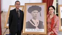 Perwakilan keluarga dari Profesor Dr Sardjito yang dianugerahi gelar pahlawan nasional, Jumat (8/11/2019). (foto: Biro Pers Sekretariat Presiden)