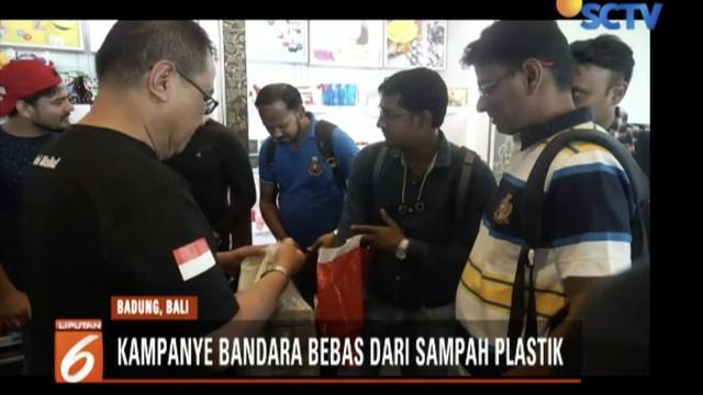 Petugas Bandara Ngurah Rai Bali dan aktivis WWF Indonesia kampanye kawasan bebas sampah plastik.