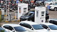 Sebuah mobil melintasi pintu masuk Park and Ride di kawasan MH Thamrin, Jakarta, Kamis (6/12). Pemprov DKI Jakarta berencana menaikan tarif parkir per Januari 2019. (Merdeka.com/Iqbal Nugroho)