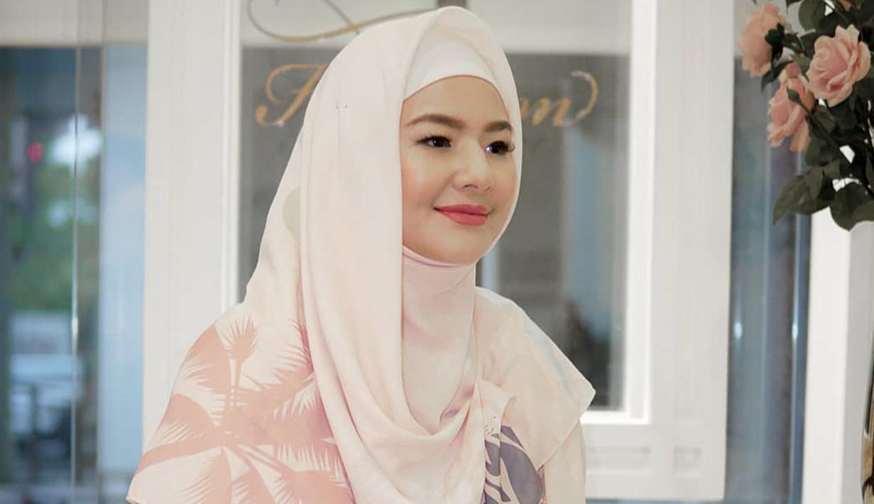Bukan pertama kali, wanita kelahiran Tangerang ini cukup sering membagikan inspirasi busana hijab. Salah satunya saat acara launching hijab sesama rekan artisnya, begini penampilan anggun Eriska Rein dengan OOTD hijab yang bernuansa pastel.(Liputan6.com/IG/@eriskarein)
