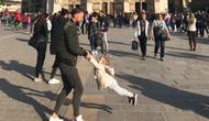 Identitas ayah dan anak di foto ini tengah dicari netizen usai Notre Dame kebakaran. (dok. Twitter @brookeawindsor)