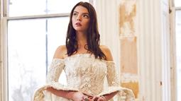 Bak putri kerajaan, wanita berusia 25 tahun ini memakai gaun off shoulder berwarna lembut dengan motif bunga. Meski rambutnya ditata sederhana, Anya sukses pukau penggemarnya.(Liputan6.com/IG/@anyataylorjoy)