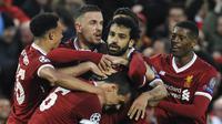 Para pemain Liverpool merayakan gol yang dicetak oleh Mohamed Salah ke gawang AS Roma pada leg pertama semifinal Liga Champions di Stadion Anfield, Selasa (24/4/2018). Liverpool menang 5-2 atas AS Roma. (AP/Rui Vieira)