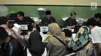 Petugas memverifikasi data calon peserta didik baru di SMA Negeri 21, Jakarta, Senin (24/6/2019). Pada hari pertama, lebih dari 750 calon peserta didik baru telah mendaftar di SMA Negeri 21. (merdeka.com/Iqbal Nugroho)