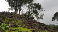 Batuan yang terdapat di Gunung Padang Cianjur bisa mengeluarkan suara seperti alat musik. (dok. Instagram @metynur/ https://www.instagram.com/p/Bv83OnzFZET/?igshid=wi65y3xoysh3/ Dinda Rizky)