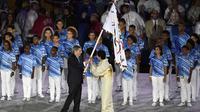 Presiden International Olympic Committee (IOC), Thomas Bach (kiri) memberikan bendra Olimpiade kepada Gubernur Tokyo, Yuriko Koike pada penutupan Olimpiade Rio 2016  di  Stadion  Maracana, Rio de Janeiro, (22/8/2016). (AFP/Eric Feferberg)