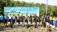 Direktur Utama PT KIEC, Priyo Budianto (empat dari kanan) melakukan simbolis penanaman Pohon Mangrove di Perairan Karangantu Serang-Banten bersama Danlanal Banten, TNI dan Polri, Krakatau Steel Group, BUMN, BUMD & BUMS Banten