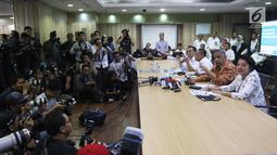 Dirut PLN Sofyan Basir (dua kanan) memberi keterangan pers setelah rumahnya digeledah oleh KPK, Jakarta, Senin (16/7). Sofyan menyebut dirinya kooperatif dan menyambut baik kedatangan 10 orang dari KPK. (Liputan6.com/Arya Manggala)