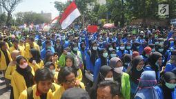 Mahasiswa dari berbagai universitas menggelar unjuk rasa di Kantor Gubernur Jawa Tengah, kawasan Jalan Pahlawan Semarang, Selasa (24/9/2019). Mereka menggelar demonstrasi untuk menentang RUU dan UU bermasalah yang rencana disahkan DPR RI hari ini. (Liputan6.com/Gholib)