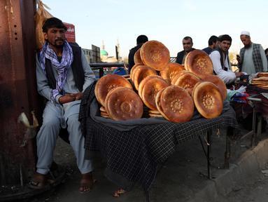 Seorang pedagang menjual roti di sebuah pasar tradisional di Kabul, Afghanistan, Rabu (9/10/2019). Afghanistan merupakan salah satu negara termiskin di dunia akibat konflik. (AP Photo/Tamana Sarwary)