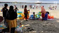 Sejumlah pengunjung bermain di pantai  Ancol, Jakarta, Selasa (5/2). Libur Tahun Baru Imlek 2570 ancol masih menjadi tempat wisata pilihan untuk warga Jakarta dan sekitarnya. (Liputan6.com/Johan Tallo)