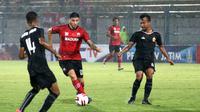 Duel Brian Ferreira (Madura United) vs M. Hargianto (Bhayangkara FC) dalam laga Grup A Piala Gubernur Jatim di Stadion Gelora Bangkalan, Bangkalan (10/2/2020). (Bola.com/Aditya Wany)