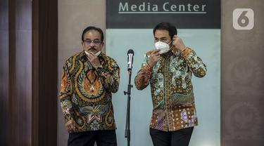 Wakil Ketua DPR Azis Syamsuddin (kanan) menyampaikan keterangan mengenai Papua di Kompleks Parlemen, Senayan, Jakarta, Kamis (3/12/2020). Azis mengutuk oknum United Liberation Movement for West Papua (ULMWP) yang mengklaim pembentukan pemerintahan sementara West Papua. (Liputan6.com/Johan Tallo)