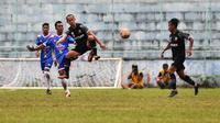 Gelandang Madura United, Slamet Nurcahyo saat menjalani ujicoba di Stadion Brantas, Kota Batu awal tahun 2021 lalu. (Bola.com/Iwan Setiawan)