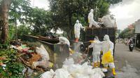 Petugas menyemprotkan cairan disinfektan di tempat limbah medis penanganan Covid-19 ditemukan di Tempat Pembuangan Sampah Sementara (TPSS) Empang, Kota Bogor. (Istimewa)