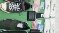 Barang bukti sepatu dan empat bungkus diduga sabu yang disita polisi dari dua calon penumbang Bandara Pekanbaru. (Liputan6.com/M Syukur)