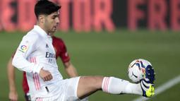 Pada menit ke-16, Marco Asensio mencoba melakukan tembakan ke arah ujung atas gawang Osasuna, namun bola hanya lewat di atas gawang sang tamu. (Foto: AP/Bernat Armangue)