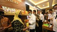 Menteri Pertanian Syahrul Yasin Limpo meninjau pameran berbagai olahan pangan lokal dalam acara peresmian gedung Lappo'ase Direktorat Perlindungan Tanaman Pangan di Pasar Minggu Jakarta, Rabu, (30/12/202020). (Dok Kementan)