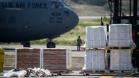 Bantuan makanan dan obat-obatan untuk Venezuela diturunkan dari pesawat C-17 Angkatan Udara AS di Bandara Internasional Camilo Daza di Cucuta, Kolombia di perbatasan dengan Venezuela pada 16 Februari 2019. (AFP/Raul Arboleda)