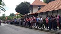 Warga negara Indonesia di Singapura mengantre untuk mengikuti pemilu yang digelar di KBRI di Singapura. (Istimewa)