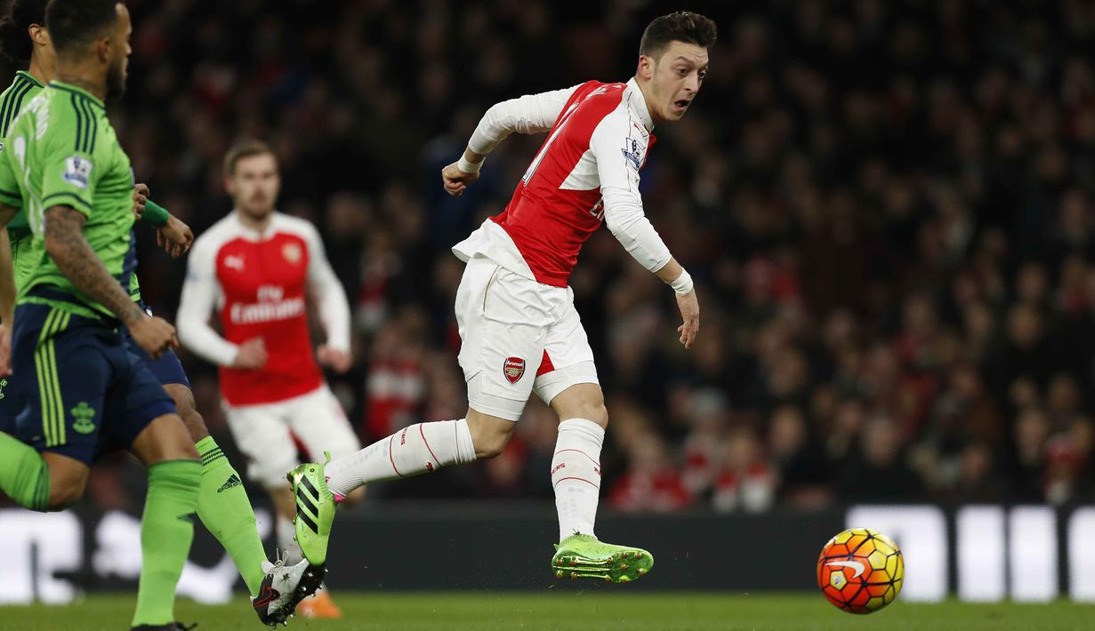 Gelandang Kreatif Arsenal, Mesut Ozil (kanan) menjadi pemain teratas dengan jumlah assists terbanyak yaitu 16 kali Assists pada Liga Premier Inggris. (AFP/IKimages)