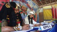 Anggota KPPS Pakai Kostum Barong di Banyuwangi