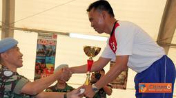 Citizen6, Lebaon: Trophi juara umum diserahkan oleh DCO Seceast Kol Laut (E) Joko Edi S kepada Tim Bulutangkis Kontingen Indonesia yang diwakili oleh Mayor Mar Profs Degratment. (Pengirim: Badarudin Bakri)