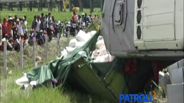 Bus tabrak truk di Tol Transjawa hingga merenggut nyawa tiga orang penumpang bus.