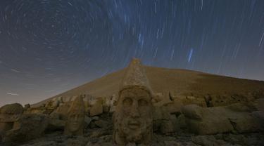 Gambar pada 23 September 2019 memperlihatkan patung-patung kepala batu berukuran raksasa di Gunung Nemrut, Provinsi Adiyaman di Turki bagian tenggara. Gunung Nemrut, telah menjadi  Situs Warisan Dunia UNESCO sejak 1987 dan merupakan salah satu Taman Nasional terpenting di Turki. (AP/Emrah Gurel)