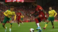 Striker Liverpool, Divock Origi, berusaha mengontrol bola saat melawan Norwich pada laga Premier League di Stadion Anfield, Liverpool, Jumat (9/8). Liverpool menang 4-1 atas Norwich. (AFP/Oli Scarff)