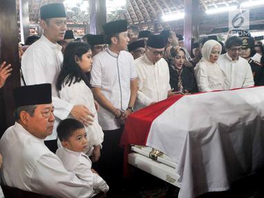 Presiden ke-6 RI Susilo Bambang Yudhoyono (duduk) bersama anaknya Agus Harimurti Yudhoyono dan Edhie Baskoro Yudhoyono berada di dekat peti jenazah Ani Yudhoyono di Puri Cikeas, Bogor, Jawa Barat, Minggu (2/6/2019). (Liputan6.com/Immanuel Antonius)