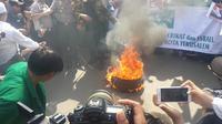 atusan massa yang tergabung dalam keluarga besar Nadhatul Ulama (NU) berdemonstrasi di depan kantor Duta Besar Amerika Serikat (AS). Aksi berlangsung damai. (Liputan6.com/Putu)