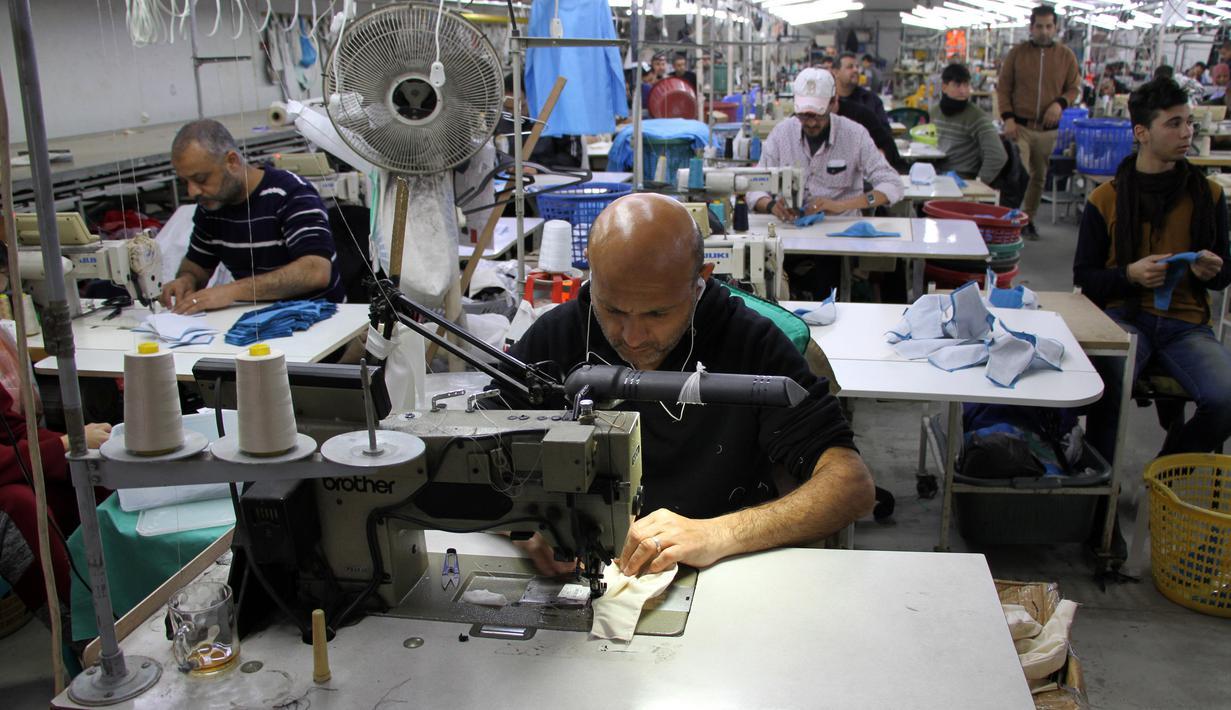Pekerja Palestina bekerja di Pabrik Unipal 2000 di sebelah timur Gaza City pada 29 Maret 2020. Sebuah pabrik pakaian di Jalur Gaza mengalihkan lini produksinya untuk membuat masker medis dan pakaian pelindung, bagi sejumlah pasar Israel di tengah pandemi COVID-19. (Xinhua/Rizek Abdeljawad)