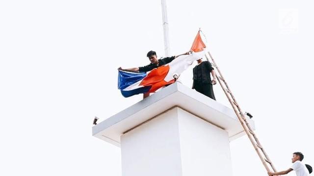 Warga Surabaya hadiri peringatan 73 tahun perobekan bendera Belanda di Hotel Majapahit. Aksi ini diwarnai isak tangis para veteran perang.