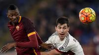 Pemain AS Roma, Umar Sadiq (kiri) berebut bola dengan pemain AC Milan, Alessio Romagnoli pada lanjutan Liga Italia Serie A di Stadion Olympico, Roma, Minggu (10/1/2016) dini hari WIB. (AFP Photo/Andreas Solaro)