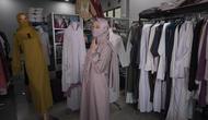 Pemilik usaha baju muslim Rofikoh kini berjualan secara online sejak aturan PSBB diberlakukan. Dari yang tadinya merugi, kini Rofikoh kembali meraup untung. (Foto: Liputan6.com).
