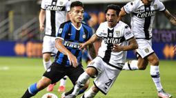 Striker Inter Milan, Lautaro Martinez, menggiring bola saat melawan Parma pada laga Serie A di Stadion Ennio Tardini, Minggu (28/6/2020). Inter Milan menang 2-1 atas Parma. (AP/Marco Alpozzi)