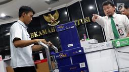 Tumpukan kardus berisi dokumen barang bukti yang diajukan tim BPN 02 pada sidang perselisihan hasil Pilpres 2019 dibawa masuk ke dalam Gedung Mahkamah Konstitusi, Jakarta, Kamis (13/6/2019). Sidang perselisihan hasil Pilpres 2019 akan berlangsung Jumat (14/6). (Liputan6.com/Helmi Fithriansyah)