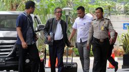 Kepala KPP Pratama Ambon La Masikamba (dua kiri) saat tiba di Gedung KPK, Jakarta, Kamis (4/10). La Masikamba akan menjalani pemeriksaan lanjutan 1x24 jam oleh penyidik di Gedung KPK. (Merdeka.com/Dwi Narwoko)