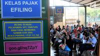 Para wajib pajak antre untuk melaporkan SPT di Kantor Pelayanan Pajak Pratama Jakarta, Kamis (29/3). Warga terus berdatangan sejak pagi hingga sore untuk melaporkan SPT pajak tahun 2017 mereka. (Merdeka.com/Iqbal Nugroho)