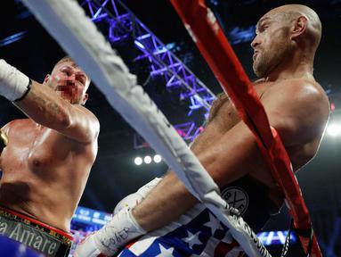 Petinju kelas berat asal Inggris, Tyson Fury berusaha menghindari pukulan petinju Jerman Tom Schwarz dalam pertarungan tinju kelas berat di MGM Grand Arena, Las Vegas, AS (16/6/2019). Tyson Fury membutuhkan dua ronde untuk menundukkan Tom Schwarz. (AP Photo/John Locher)