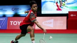 Pebulutangkis Indonesia, Anthony Ginting, saat melawan wakil Denmark, Viktor Axelsen, pada laga Thailand Open di Impact Arena, Sabtu (16/1/2021). Ginting takluk dengan skor 19-21, 21-13, dan 21-12.  (AFP/BADMINTON ASSOCIATION OF THAILAND)