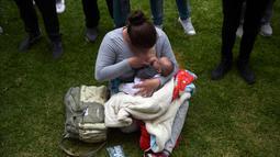 Seorang wanita menyusui anaknya selama Pekan Menyusui Dunia di taman Los Novios, Bogota, Kolombia, (3/8).  Pekan Menyusui Sedunia (World Breastfeeding Week) diadakan setiap tahun dari tanggal 1 sampai 7 Agustus. (AFP Photo/Raul Arboleda)